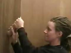 Дрочит ручками через отверстие в стенке