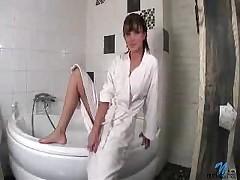 Seksual'naja shljushka laskaet sebja v dushe