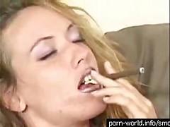 Красотка курит  и занимается всеми видами секса