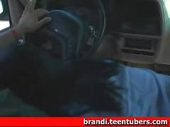 Devushka otsasyvaet u parnja v mashine