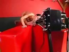 Смазливая немецкая девушка трахается в машине