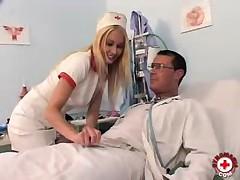 Медсестра Джулия Сильвер трахается с доктором и доводит себя до сквирта