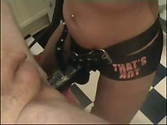 Госпожа трахает рабыню страпоном в кабинете гинеколога