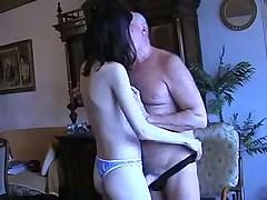 Домашний минет деду от молодой девахи