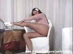 Красивая девушка танцует стриптиз в чулках в сетку