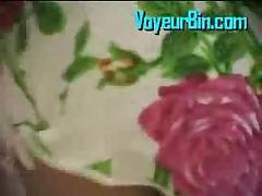 Japonskaja krasotka pokazyvaet trusiki iz pod jubki