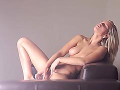 Самоудовлетворение до оргазма перед камерой