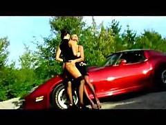 Лесбиянки делают это в красной машине