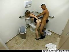 Молодая пара в ванной комнате