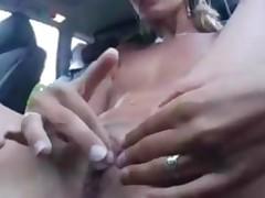 Molodaja devushka masturbiruet v mashine