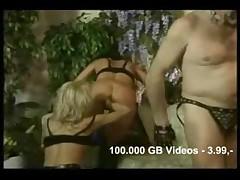 Seks vtroem v kozhanom kostjume