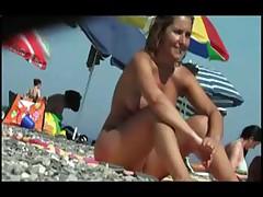 Раздеваются на нудистском пляже