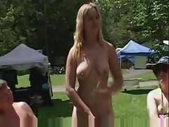 Nudisty nauchat pravil'no razdevat'sja