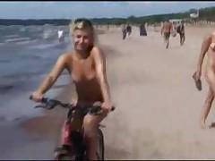 Нудисты на пляже