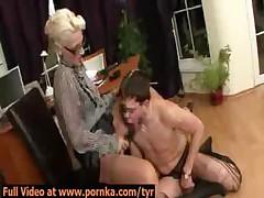 Секретарша наказывает своего босса в офисе