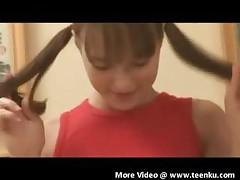 Девушка с маленькими сиськами бреет киску