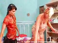 Девушка бреет киску
