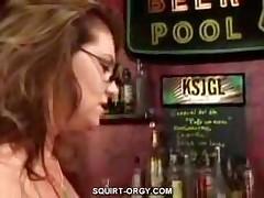 Devushka masturbiruet v dushe