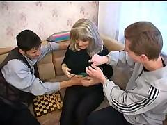 Три молодых паренька трахнули взрослую женщину