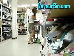 Смазливая девушка в короткой юбке в магазине