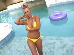 Блондинка в желтом бикини у бассейна