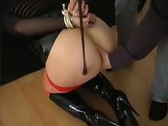 Наказывает связанную сексрабыню