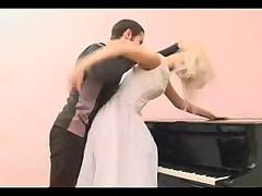 Трахнул невесту на фортепиано