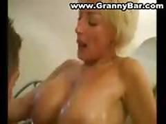 Жесткий секс с мамочкой в ванной комнате