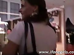 Парень дает свой девушке пососать прежде чем ее трахнуть