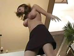 Krasotka trahaet sebja seksigrushkoj