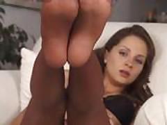 Dlinnonogaja krasotka v chulkah masturbiruet posle striptiza