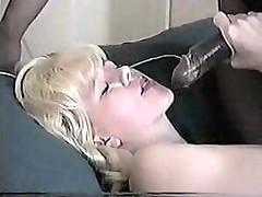 Кофе с молоком: блондиночка и негр