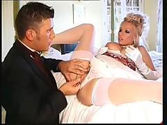 Сисястая блондинка трахается в свадебном платье