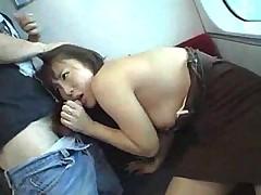 Японочка сосет в поезде