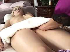 Девушка делает массаж девушке