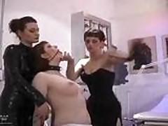 Мамочка лесбиянка наказывает молоденькую красотку шлепками