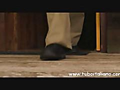 Ital'janskaja brjunetka podstavljaet popku
