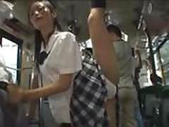 Гибкую азиатку трахают у всех на виду в автобусе