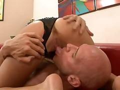Сексуальная брюнетка с парнем и получает сперму в трусик