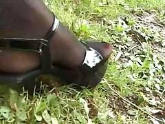 Длинные красивые ножки на природе