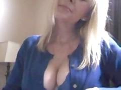 Блондинка перед вебкой