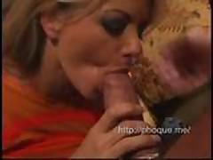 Blondinku Viki trahajut v rot a potom v popku