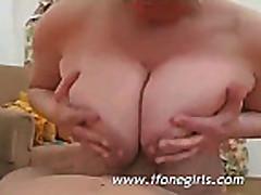 Неопытная блондинка сосет хуй