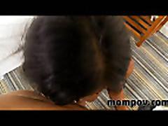 Mamochka poluchaet mnogo spermy na lico