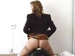 Blondinka masturbiruet poka ee trahaet seksmashina