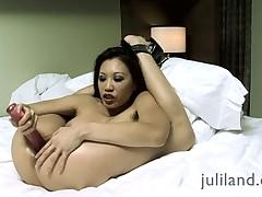 Miko Lee шикарно мастурбирует с игрушкой