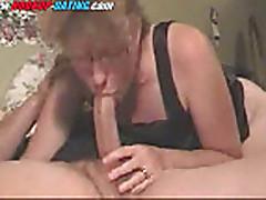 Зрелая мамочка взяла в рот член