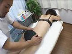 Moloden'kaja japonochka konchaet so skvirtom vo vremja massazha