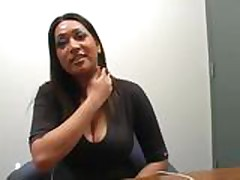 Aziatskie lesbijanki trahajut drug druzhku igrushkami
