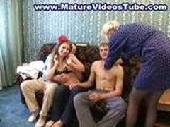 2 зрелые мамаши трахаются с молодыми парнями